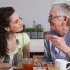 Femme senior prenant un petit déjeuner
